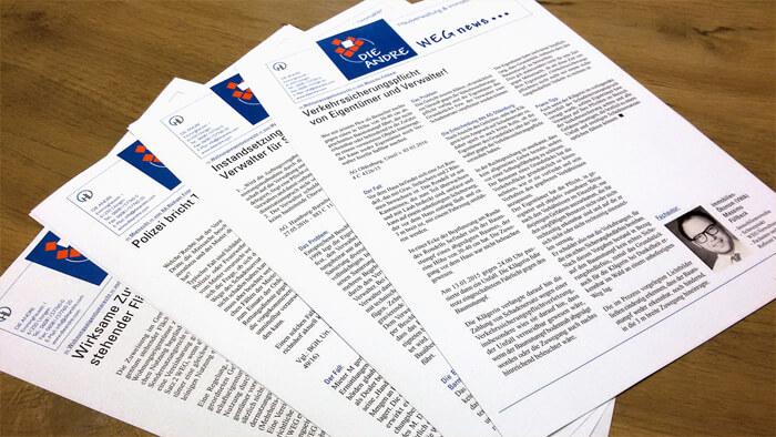 Mehrere Zeitungsartikel auf einem Tisch